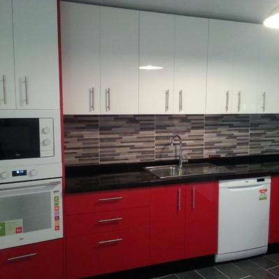 Cocina en rojo y blanco