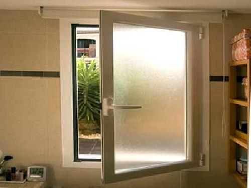 Cristal semitransparente y ventana de aluminio blanco. Vista interior.