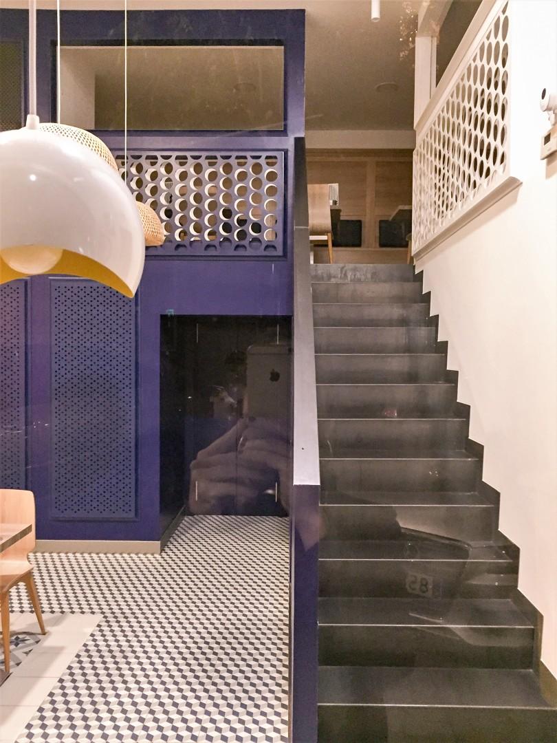 Escaleras metálicas del local con vistas al piso superior