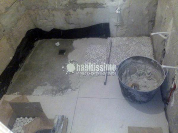 Reforma Baño A Ducha:Foto: Reforma de baño pequeño con plato de ducha de obra de Reformas