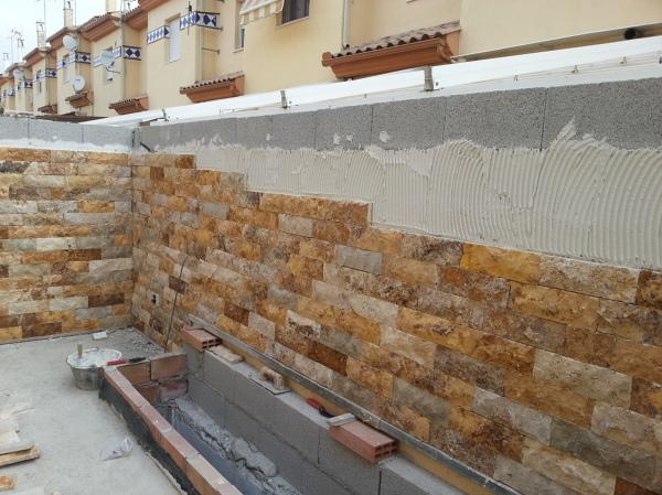 Foto aplacado muro con piedra natural de travertino amarillo de baluarte arquitectura y - Aplacado piedra fachada ...