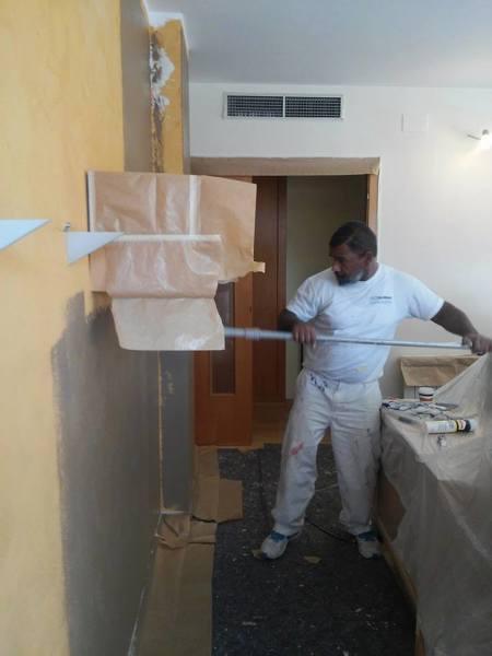 Foto aplicando 1 capa del color marron pared lateral for Sala de estar marron