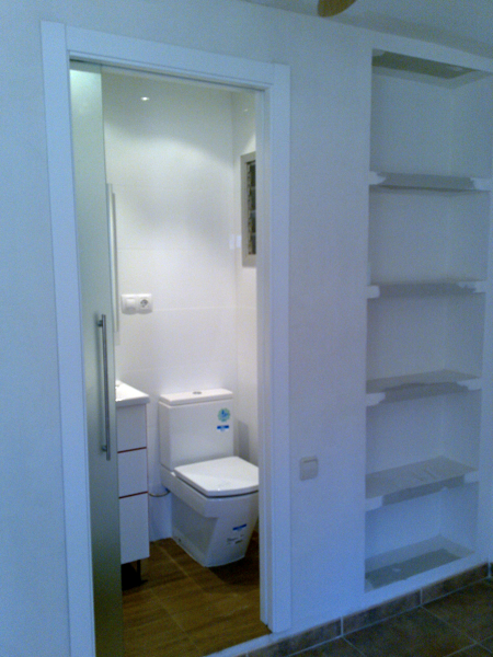 Foto aprovechamiento a dormitorio colocando estantes de - Precio pladur colocado ...
