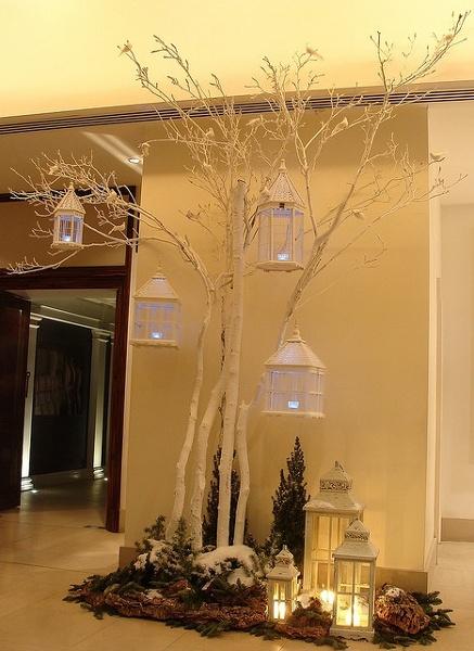 Árbol blanco con farolillos, corteza de pino y abeto