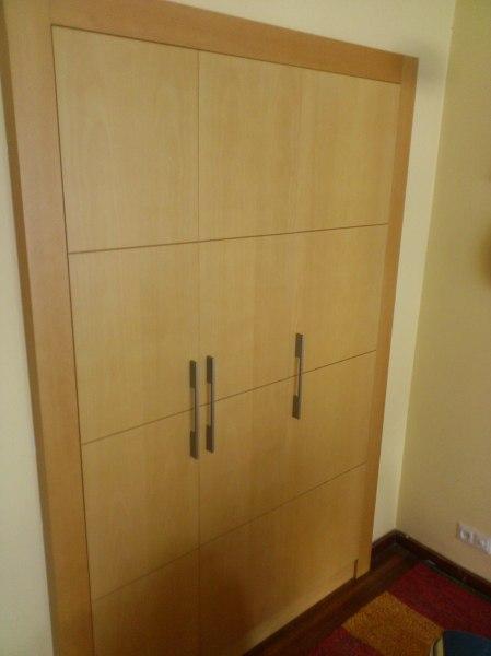 Foto armario con frente en madera natural de emilio gam s for Armario madera natural