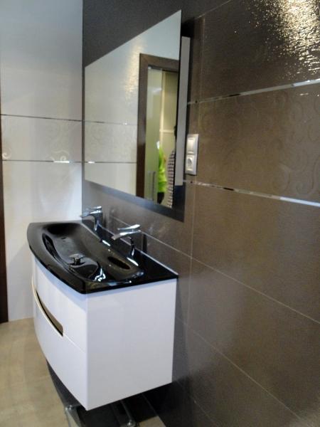 Foto azulejos porcelanosa y mueble curvo con encimera de cristal de berges centro comercial - Mueble encimera cocina ...
