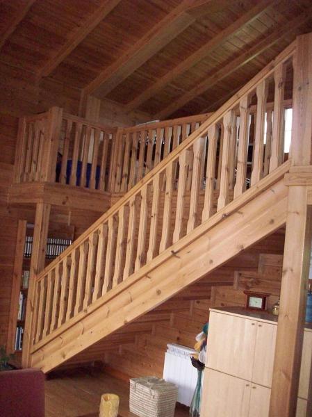 Foto balaustre escaleras techo y vigas de madera maciza for Como hacer una escalera para entrepiso
