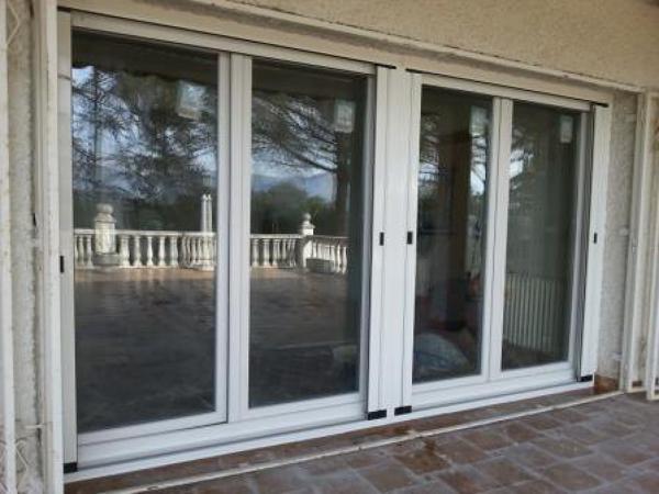 Foto balconera pvc color blanco de tecnosanchez s l for Pvc o aluminio precios