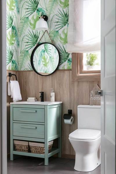 Foto ba o con friso de madera y papel pintado con motivos - Papel pintado para bano ...