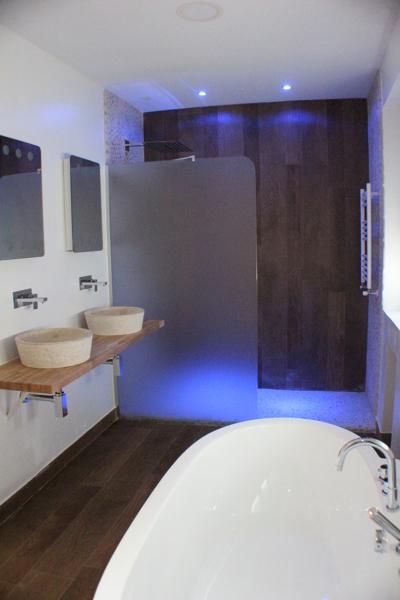 Foto ba o dormitorio principal ducha revestimientos for Revestimiento de piedra para banos