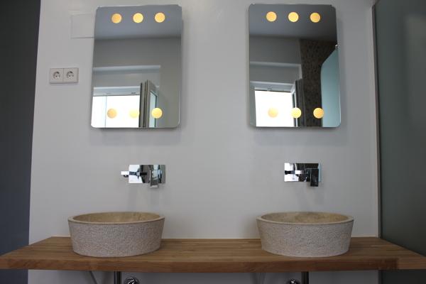 Foto ba o dormitorio principal lavabo de piedra y - Encimeras de madera maciza ...