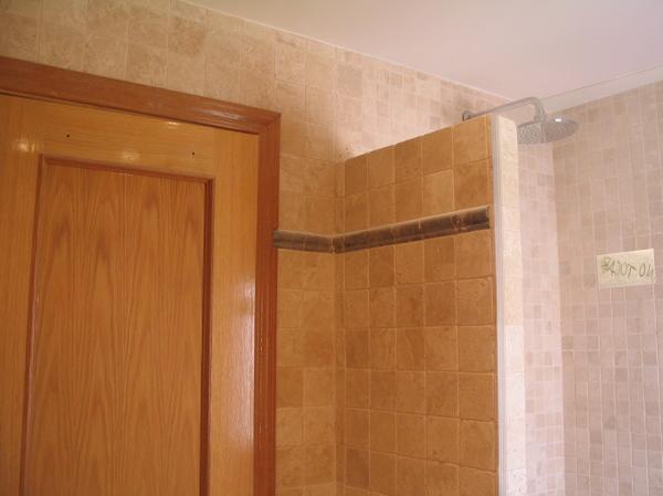 Foto ba o en marmol travertino peque o de decoraciones y for Banos con marmol travertino