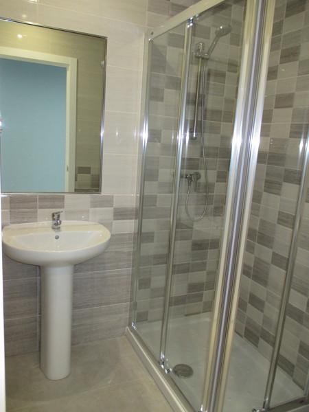 Foto ba o en sala 1 con ducha y espejo encastrado en - Espejo para ducha ...