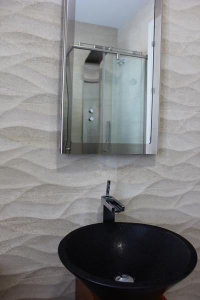 Foto ba o invitados revestimiento lavabo griferia - Espejo para ducha ...