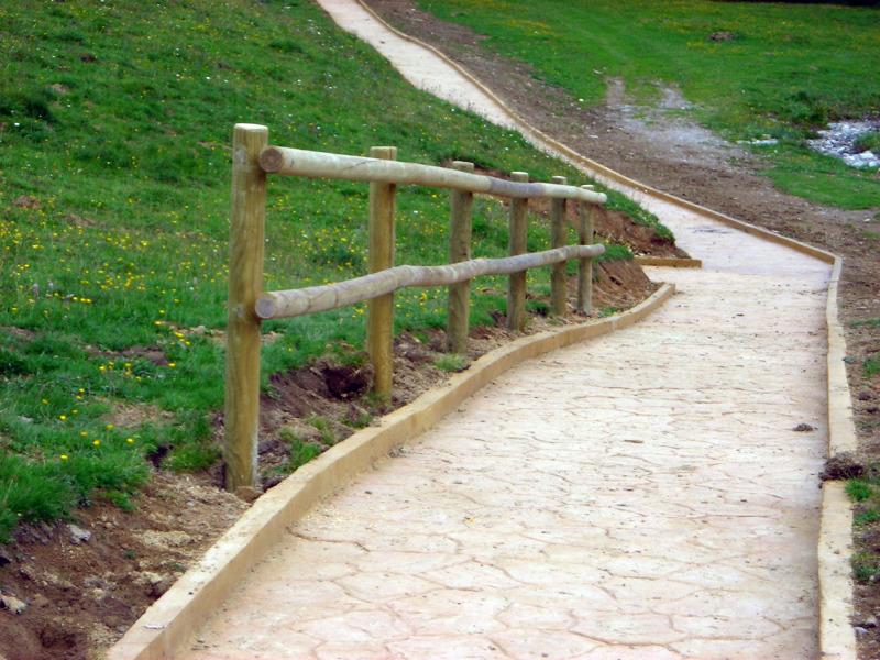 Foto barandilla de protecci n en postes torneados de - Barandilla madera exterior ...