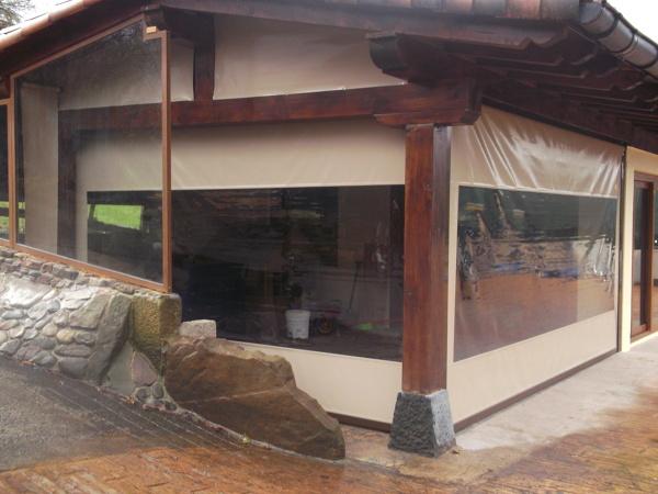 Foto cerramiento con toldos verticales con gu as de deco for Guias para toldos verticales