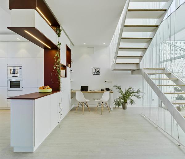 Foto cocina abierta a sal n con escalera 1378599 for Cocina abierta modelo salon