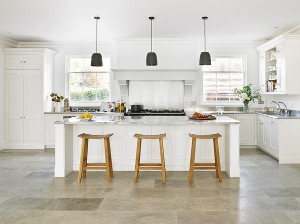 Foto cocina blanca con gran isla central de marta 916474 for Cocinas modernas blancas precios