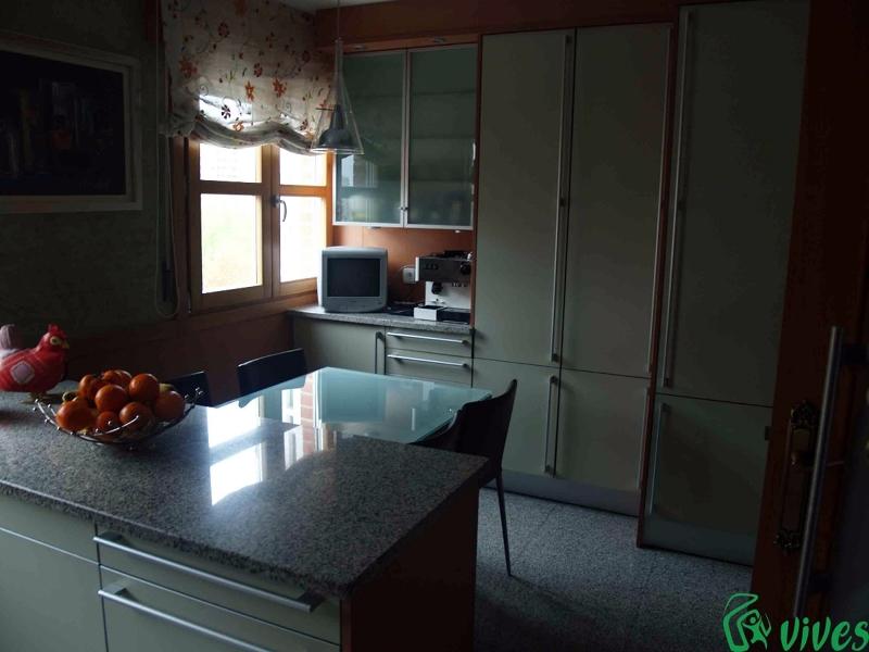 Foto cocina comedor totalmente equipada con muebles de for Muebles de cocina en zaragoza