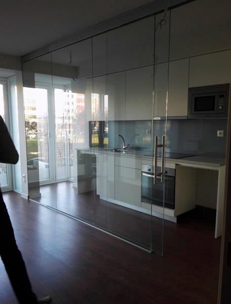 Foto cocina integrada en sal n con mampara de vidrio de for Cocina unida al salon
