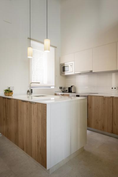 Foto cocina con pen nsula de m rmol y madera de gabri - Cocinas con peninsula ...