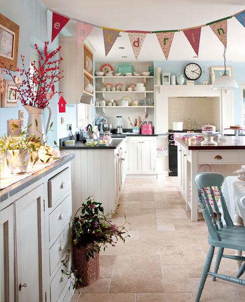 Foto cocina con sillas y accesorios pastel de marta for Cocinas con accesorios