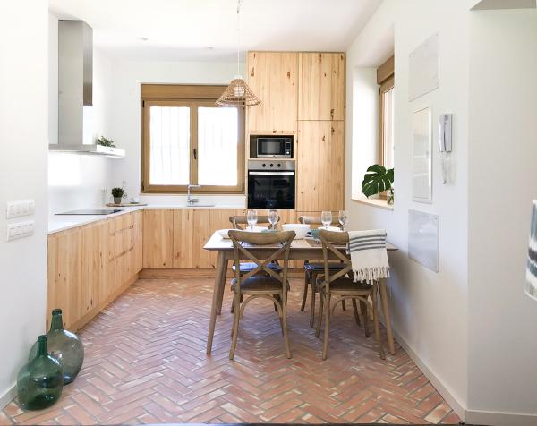 Foto cocina de madera y suelo de barro natural de atrio - Suelo madera cocina ...