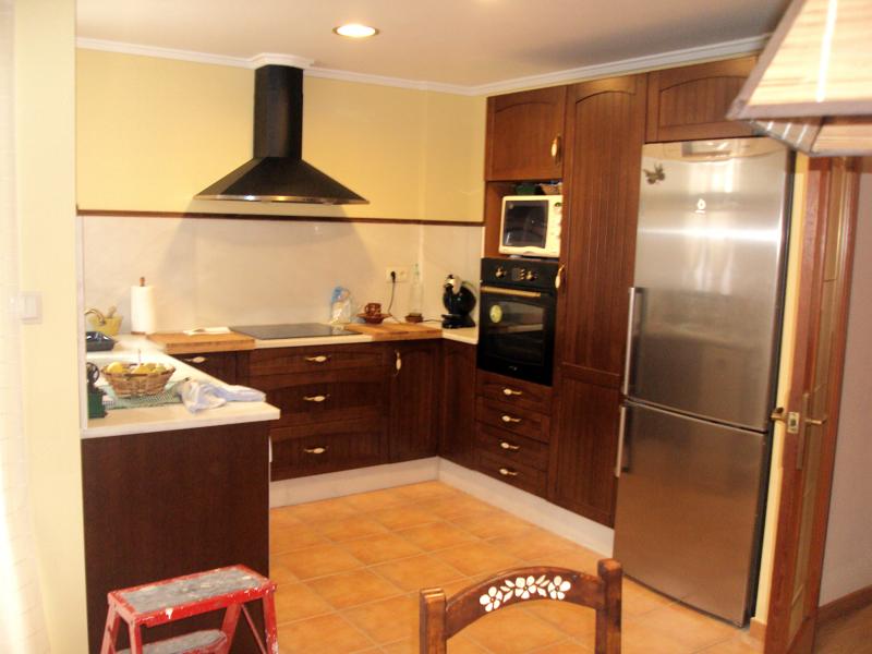 Foto cocina de roble oscuro de rovifort multiservicios for Cocinas de madera de roble
