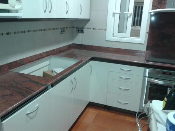 Foto cocina en granito rojo guayana de m rmoles fern ndez - Marmoles de cocina ...