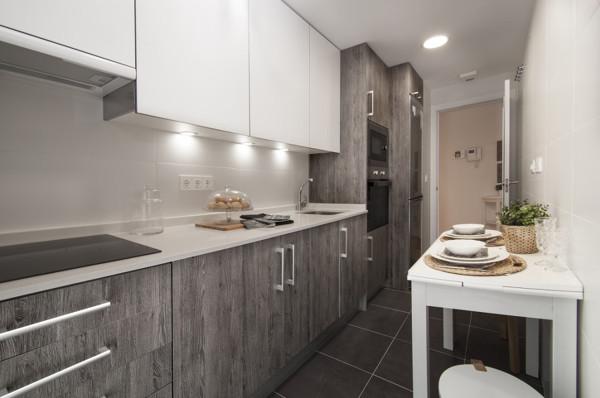 Foto cocina en gris y blanco de marta 1426583 habitissimo for Cocinas en linea recta