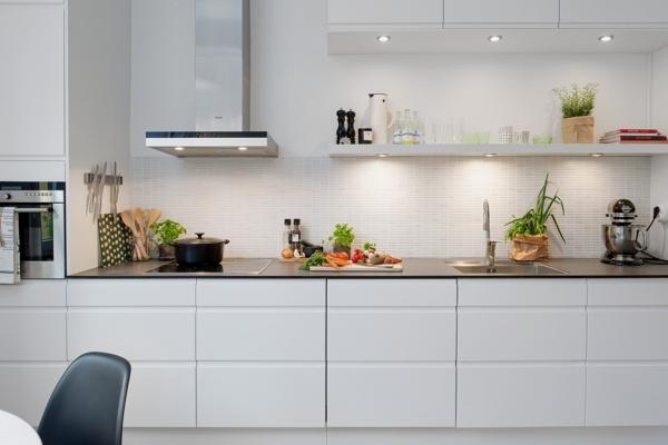 Foto cocina en l nea muebles blancos de miriam mart for Cocinas lineales de cuatro metros
