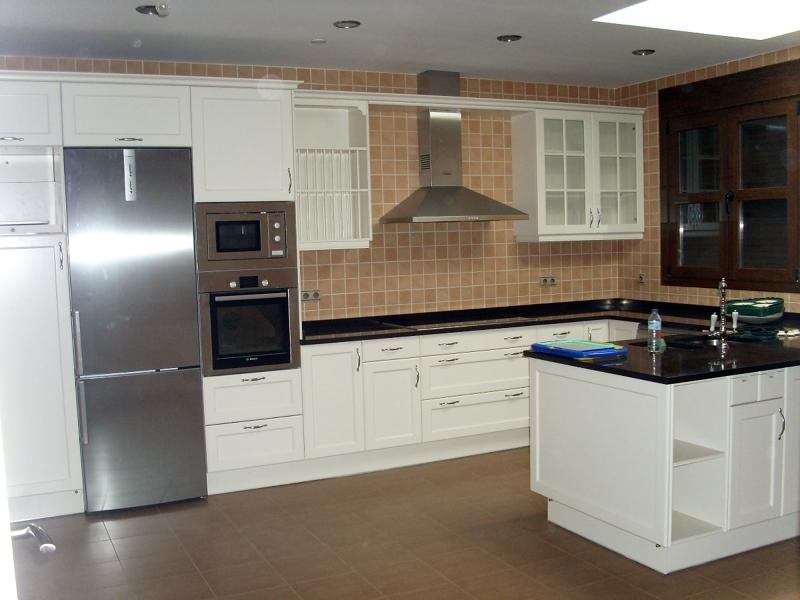 Foto cocina lacada con encimera compac chocolat de - Encimeras de cocina compac ...