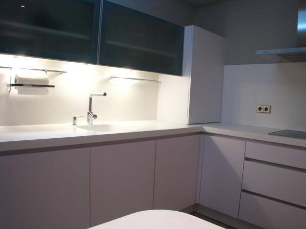 Foto cocina lacada con encimera en silestone blanco de for Encimera de cocina lacada en blanco negro