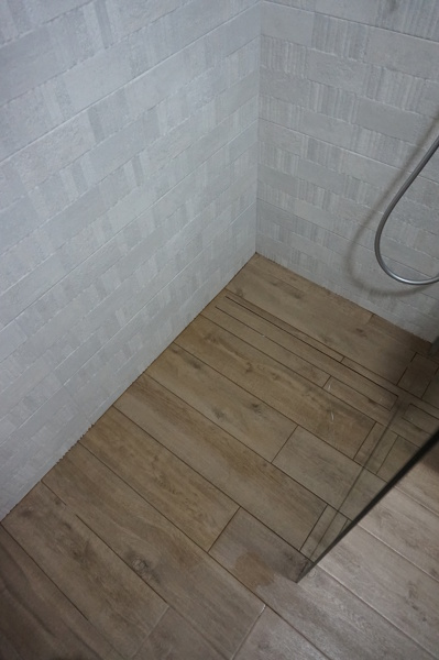 Foto colocacion suelo imitacion parquet en ducha y mismo - Suelos imitacion parquet ...