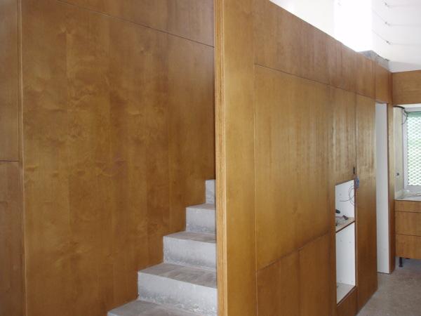 Foto Combinacion De Panelado De Madera Y Escalera De Hormigon Visto - Panelado-madera