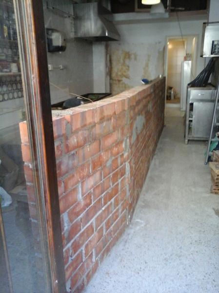 Foto construcci n de barra de bar y encimera de trainfa for Fotos de bares de madera rusticos