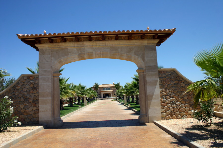 Foto contruccion de arco entrada de calizas bibiloni s a 291351 habitissimo - Entradas de piedra natural ...
