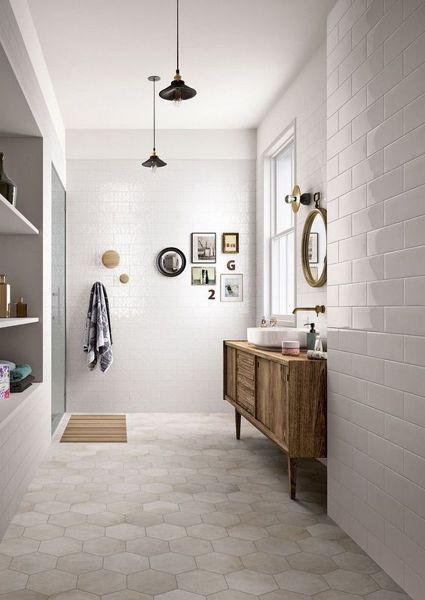 Foto cuarto de ba o con ducha y mueble de madera de marta for Mueble para ducha