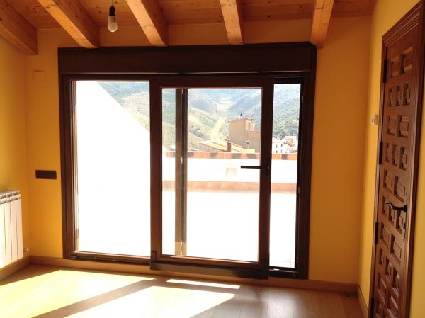 Foto detalle puerta oscilo paralela apertura de venster for Puerta osciloparalela