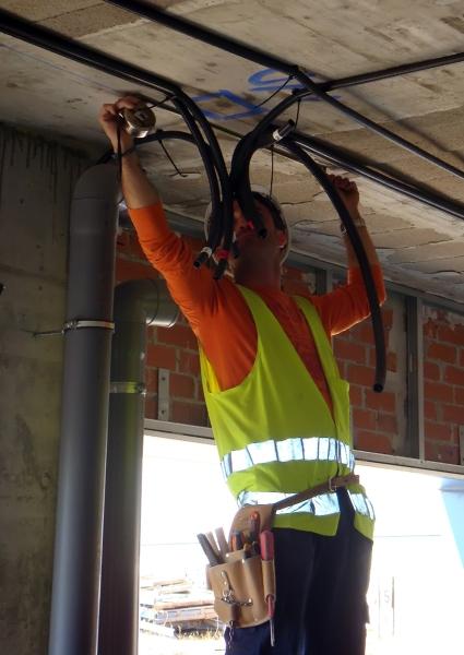 Foto electricista poniendo la tomas de los halogenos leds for Trabajo de electricista en malaga