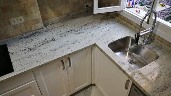 Foto encimera cocina granito river white de pinates for Cocina blanca encimera granito negra