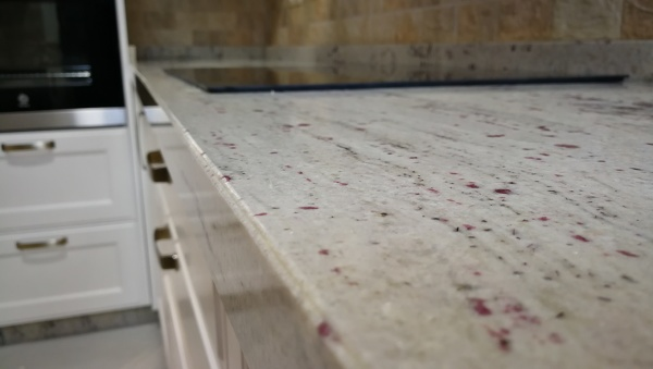 Foto encimera cocina granito river white de pinates for Cocinas alicante precios