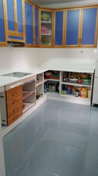 foto encimera de cocina y suelo terminado con resina