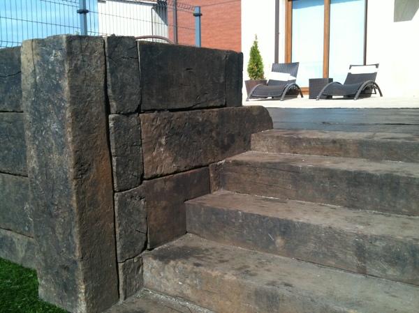 Foto encuentro de jardinera muro con escaleras de - Jardineras en escalera ...