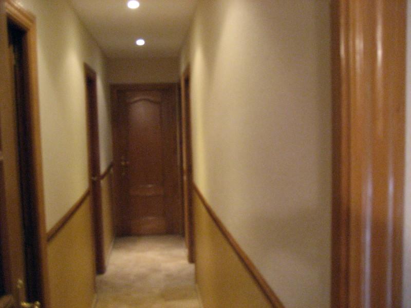 Foto es un pasillo pintado en dos tono las paredes y techo blanco de r dereformas 273629 - Como pintar paredes y techos ...