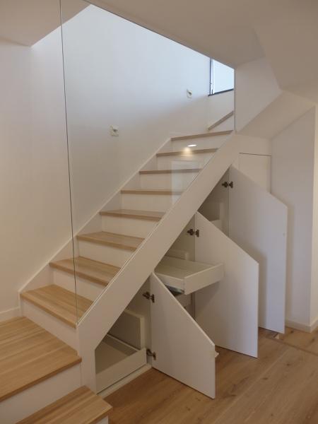 Escalera con armarios inferiores