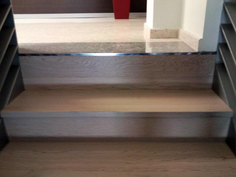 Foto escalera con parquet flotante y suelo con vinilo de for Poner suelo laminado
