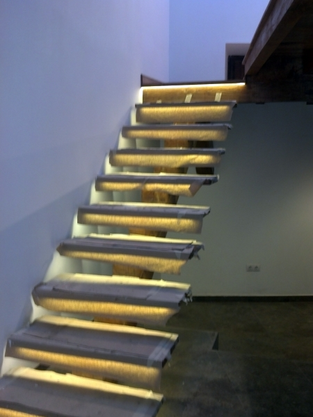 Foto escalera de madera con leds bajo pelda os de - Leds para escaleras ...