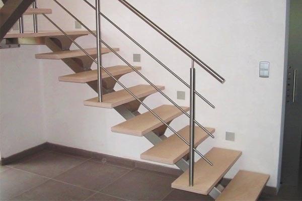 Foto escalera interior de madera y acero inoxidable de - Precio escaleras interiores ...