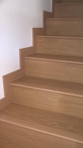 Foto escalera y z calo de aya carpinteria y decoraci n 1209419 habitissimo - Zocalos para escaleras ...